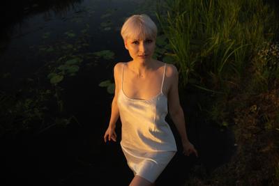 Без ретуши девушка портрет блондинка короткие волосы