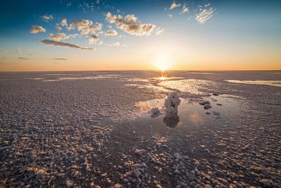 На соленых просторах Эльтон озеро соль вода закат