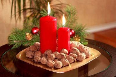 Новогодние декорации свеча орехи елка новый год