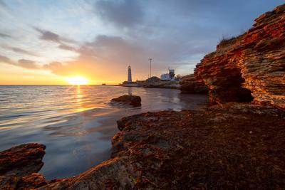 Вечерний Тарханкут. маяк закат солнце море берег тарханкут крым небо облака камни пейзаж