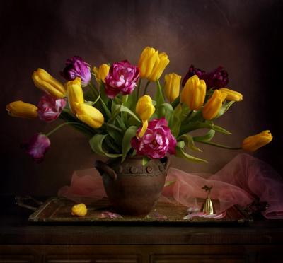 Расцвели тюльпанчики –  Жёлтые стаканчики,  Жёлтые и красные,  Лепестки атласные.