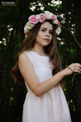 В слиянии с природой девушка лес