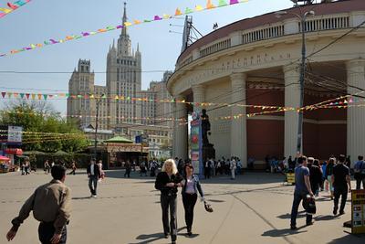 У метро Краснопресненская Россия Москва высотка Красная Пресня