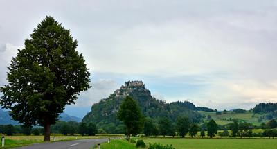 Замок Hochosterwitz. Коринтия. Австрия. Перед заходом солнца после дождя. Замок перед закатом после дождя панорама вид пейзаж горы поля путешесвия туризм Европа Австрия