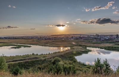 На вечерней зорьке. Озеро дамба небо закатное солнце