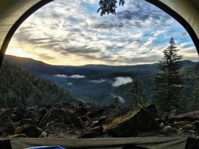 Рассвет из палатки. путешествия палатка пейзаж рассвет горы тайга
