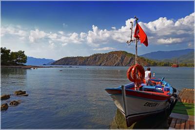Под Турецким флагом Турция Кемер Фаселис бухта море горы лодка флаг причал круг