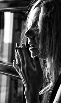 Исследуя своё одиночество. Дым Дым кофе сигареты кафе девушка окно руки пальцы