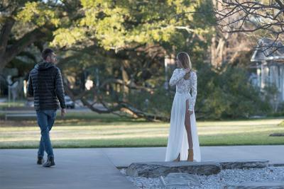 """Cловно статуэтка девушка стояла... (или """"обернулся посмотреть"""")"""