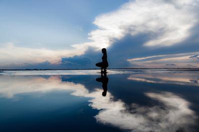 Пешком по воде Портрет пейзаж река закат природа девушка