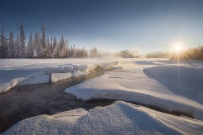 Рвущая льды алтай горный горы курайская степь курай кызыл-таш чуя горная река снега лед трещины утро зимний пейзаж февраль