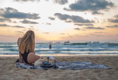 Девушка на берегу .
