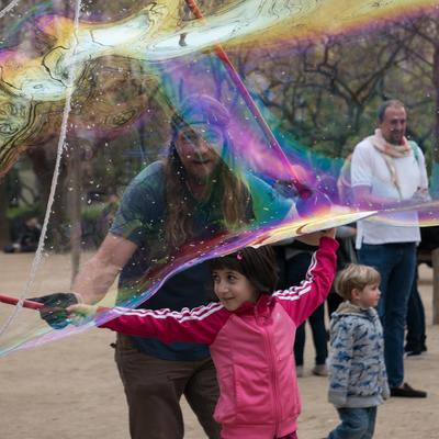 *** Мыльные пузыри Барселона девочка мужчина