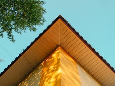 Угол желтого дома Дом небо минимализм