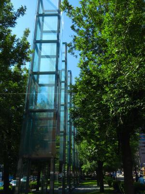 New England Holocaust Memorial, Boston, MA мемориал бостон америка холокост стекло башня дерево зелень природа улица облака тени