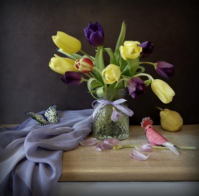 Натюрморт весенний букет тюльпаны платок ваза птичка бабочка весна груша