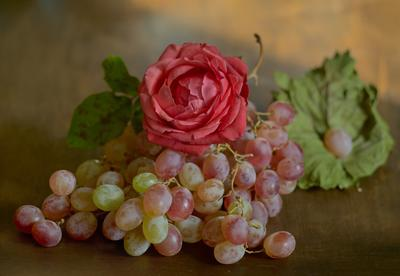 Роза и виноград натюрморт осень роза