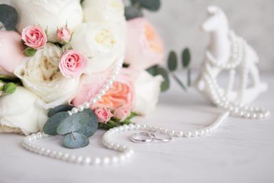 *** натюрморт кольца свадьба цветы белое нежность пионы жемчуг белоезолото бриллианты