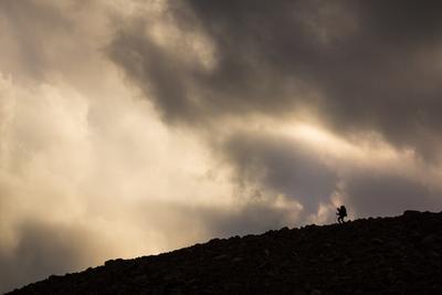 В горах турист горы облака