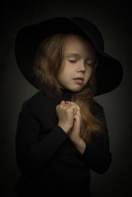 Мольба! Девочка.длинные волосы чёрная шляпа тёмный фон вспышка домашняя студия