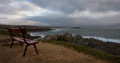 Лавка с видом на океан
