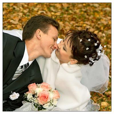 На ковре из желтых листьев... невеста, свадьба, жених.