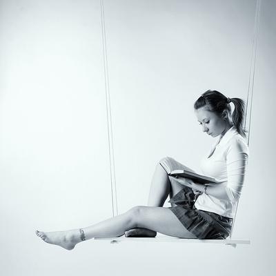 ... читательница ... девушка качели книжка