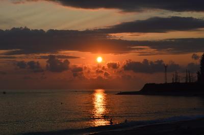 Утомлённое солнце природа море закат лето побережье чёрное солнце