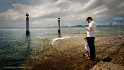 НА БЕРЕГУ АТЛАНТИЧЕСКОГО ОКЕАНА Лиссабон море ребенок папа