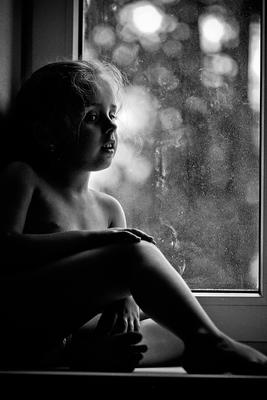 у окна окно девочка лето нежность