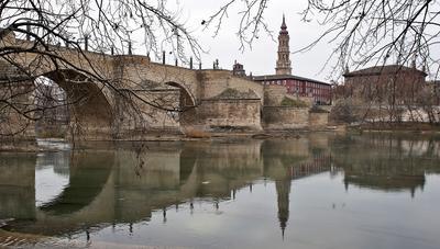 Каменный мост в Сарагосе Испания Арагон Сарагоса Эбро мост каменный водорез берег река осень течение город история