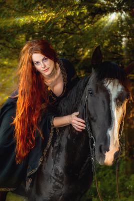 Рыжеволосая девушка рыжеволосая конь вороной закат лучи лес зелень совершенство