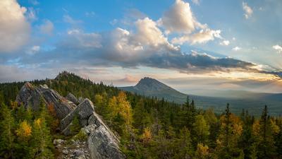 Вид на Откликной Гребень из Долины сказок Осень Таганай Южный Урал