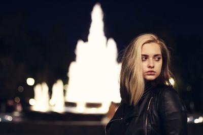 У фонтана портрет вечер девушка фонтан