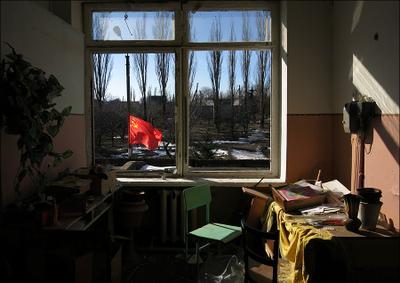 Вид из окна школы в поселке Центральный Донбасс ЛНР ДНР АТО ополченцы украинская армия