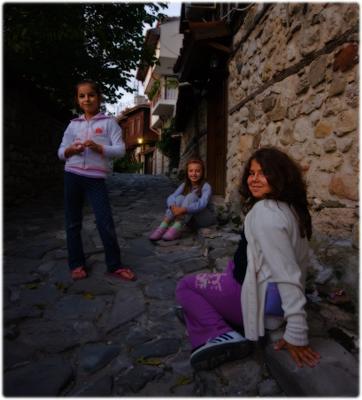 три девицы.. три девочки на камнях улица
