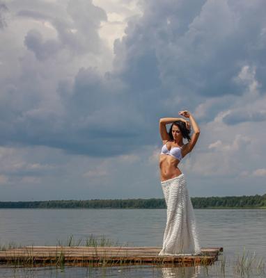 над озером девушка красота лето озеро небо облака