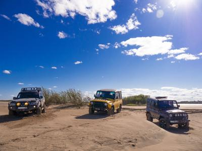 Русские и японец. Авто техника Ниссан Сафари Hissan Safari УАЗ песок пейзаж