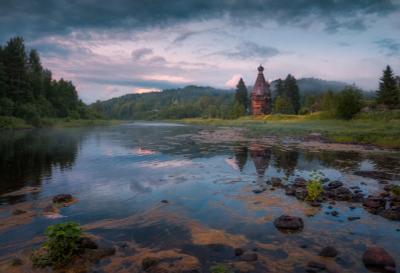 Причуды белой ночи лето вечер туман сумерки церковь река отражения камни