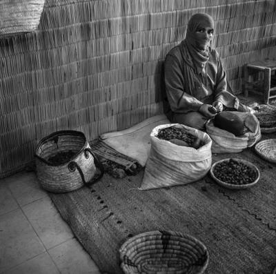 Марроканка Марокко масло орехи работа репортаж ислам мусульманка путешествие чб