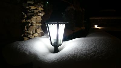 Фонарик на замерзшем фонтане фонарик фонтан зима снег ночь