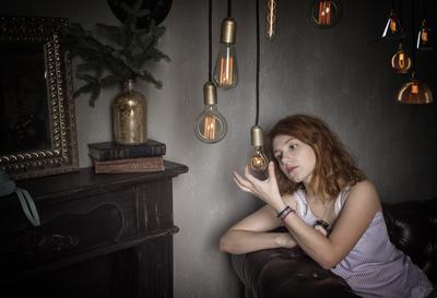 Виктория девушка лампы свет задумчивость атмосфера портрет цвет