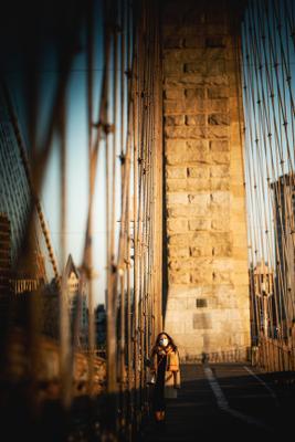 Бруклинский мост во времена пандемии. Нью-Йорк маска девушка мост Бруклинский Мост пандемия