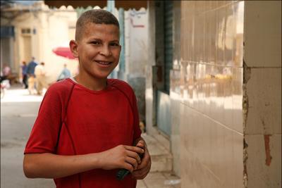 (8) Тунис мальчик пистолет улыбка