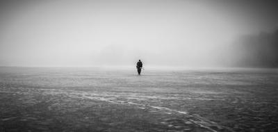 Возвращение домой рыбак человек мужчина чб черно-белое природа туман деревья зима снег лед озеро фигура простор просторы