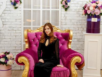 Версаль мода кресло интерьер весна цветы аромат красота модель причёски платье стиль королева версаль пионы букеты настроение фотозона арка розы нежность роскошь