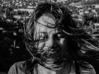 Смех девушка смех чб ветер волосы