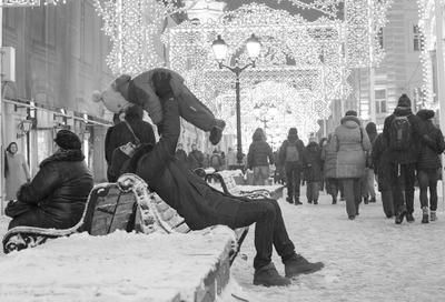 Люди январские Москва Никольская улица вечер январь отец ребенок зима снег холод