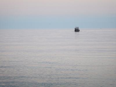 Катер, море, розовый закат Крым Алушта штиль катер