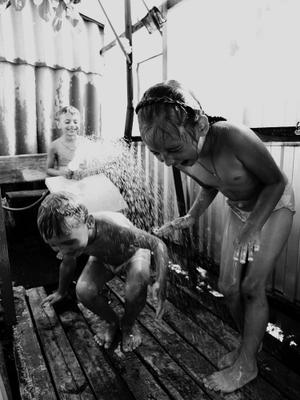 летний душ#2 ч/б дети лето дача душ радость солнце
